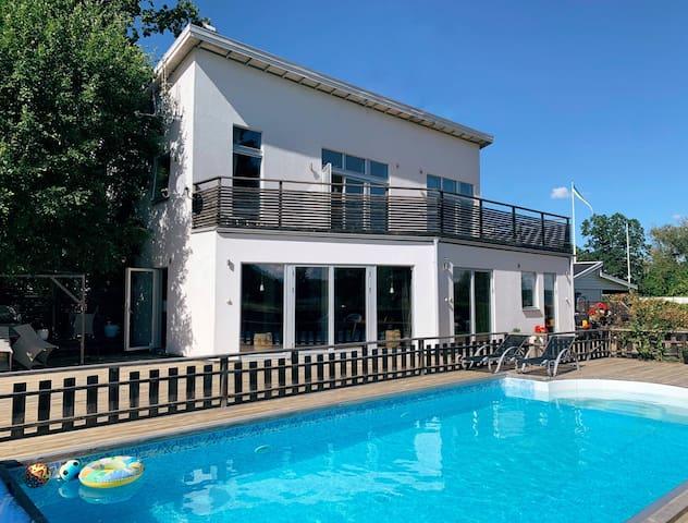 Stort hus med pool, jacuzzi och sjöutsikt