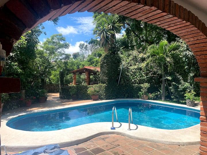 Casa Tlaltenango: pool/grill/racket-ball