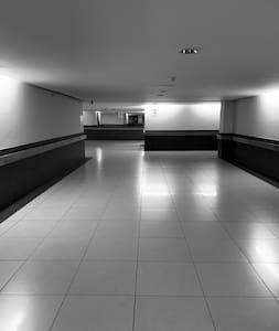 Les couloirs sont suffisamment larges pour l'accès PMR.