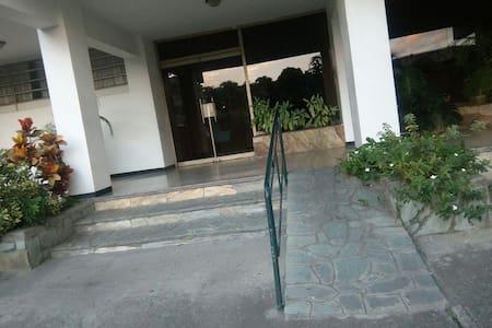 Entrada principal del edificio con rampa.