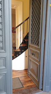 Guest entrance wider than 32 inches (82 centimetres)
