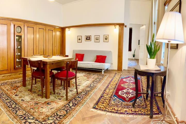 Enjoy historical flat with original furniture from last century. Bedroom for two, living room with convertible sofa and well equipped kitchenette are at your disposal. Experience the atmosphere of the building from 1720. Ubytování Praha centrum.