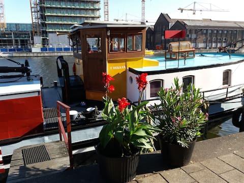 Historical houseboat | city center