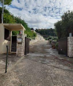 Passaġġ imdawwal tajjeb li jagħti għad-daħla tad-dar