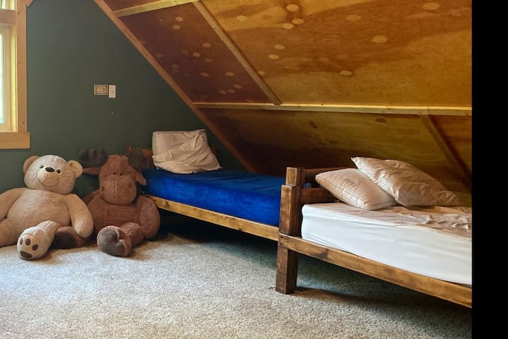 West loft with 2 twin beds.