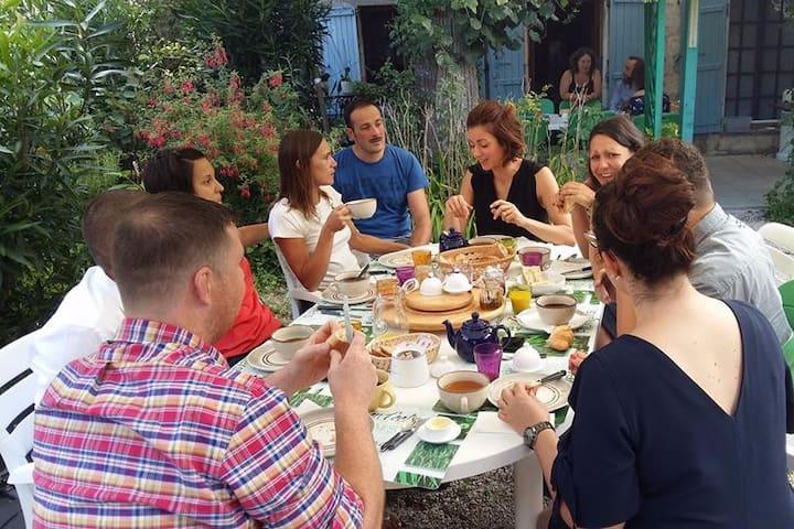 Chambre Chat ☆ -   petit déjeuner au jardin