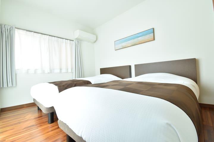 【寝室B】シングルベッド2台※2名様以下でご宿泊の際はこちらの寝室は閉じさせていただきます。/窓1/ベランダ窓1/テレビ1台/エアコン1台