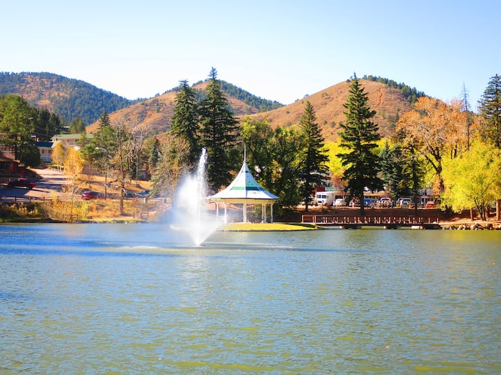 ROCKY MOUNTAIN RETREAT: GREAT VIEW  AND LOCATION!