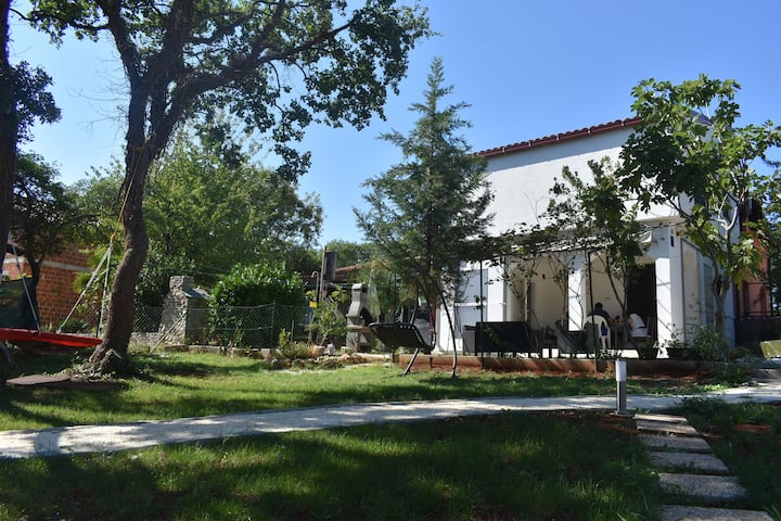 Relax family home for 8,big yard,near Pula Istra