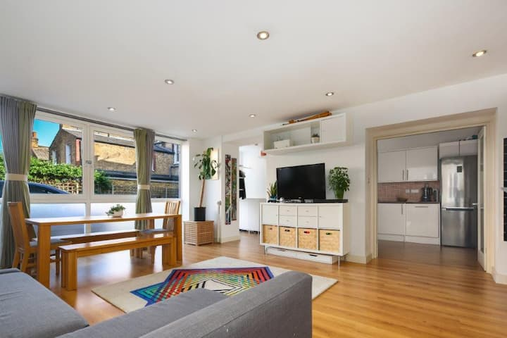 Bright and spacious Hackney flat with cat