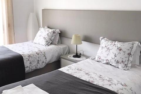 уютная квартира с 2 спальнями - Wi-Fi и кабельное телевидение включены!
