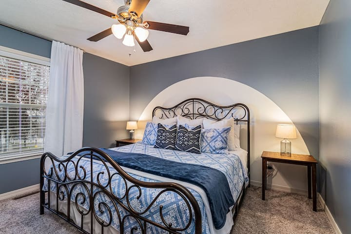 Relax and enjoy your vacation in this spare bedroom with a king bed!