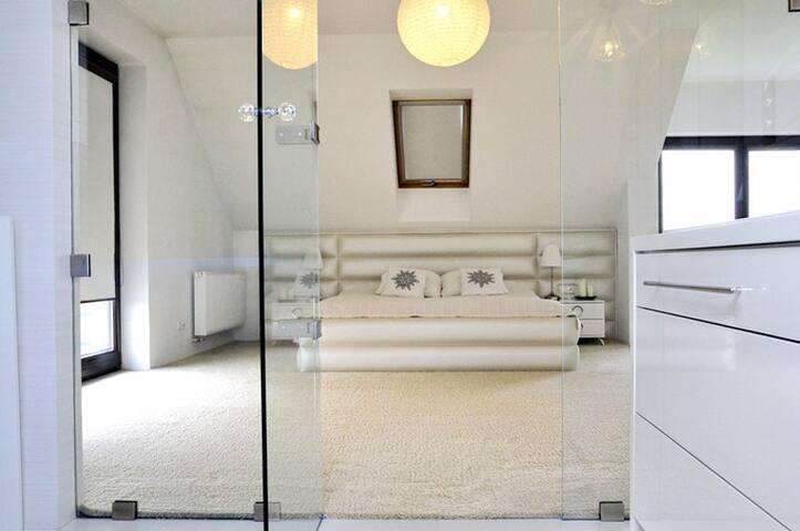 Sypialnia główna z przeszkloną łazienką