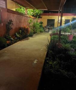 Camino de acceso ya dentro de la propiedad. Hay una lámpara con sensor de movimiento y otras con iluminación fija