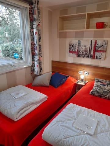 Chambre 2 : 2 lits 80cm rapprochables