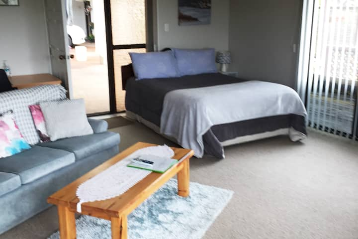 Pams Place. Sunny guest suite.15 min from airport