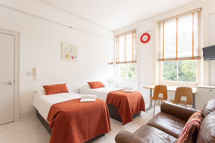 Warm Double/Twin/Triple Bedroom in Kensington 102