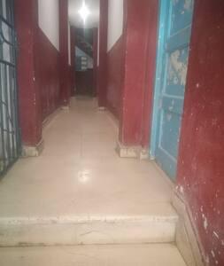 Camino hacia las escaleras del edificio