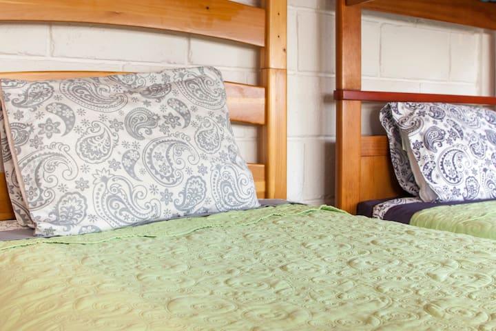 Par de camas individuales o una cama King size.