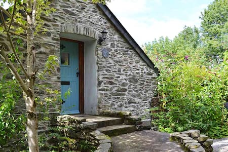 Quirky Cottage - Stunning Views & Private Meadows