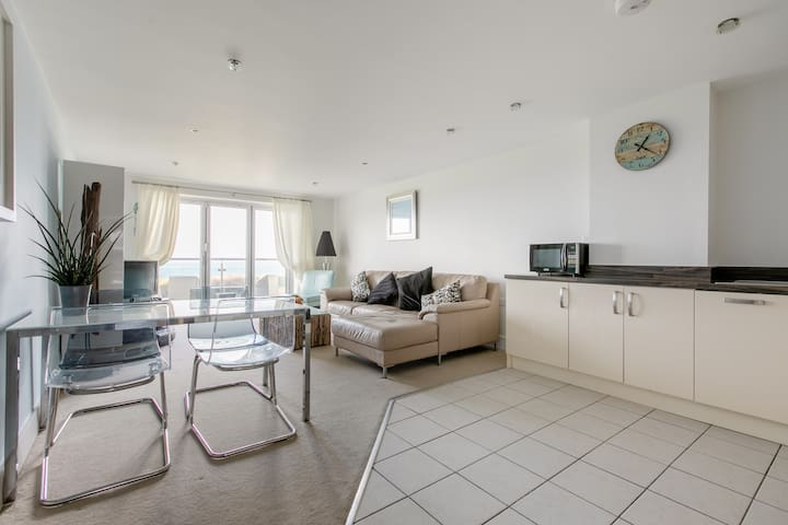 Apartment with Great Views and Close to Amenities