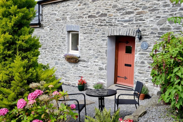 Cosy Cottage with Private Meadows & Stunning Views