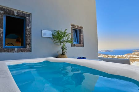 Couples getaway with mini pool and caldera view