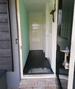 De ingang is 80 cm