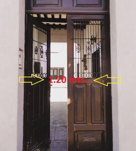 Entrada con doble puerta, una apertura total de 1.20m.