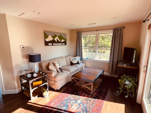 Beautiful One Bedroom Studio Apartment with Views