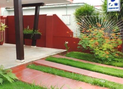 Rampas de acceso a la casa con buena visibilidad e iluminación.