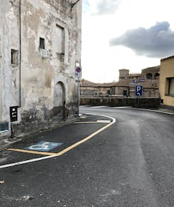 Parcheggio pubblico disabili fronte ingresso casa