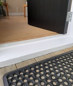 3-4 cm door step.  Non slip mat.