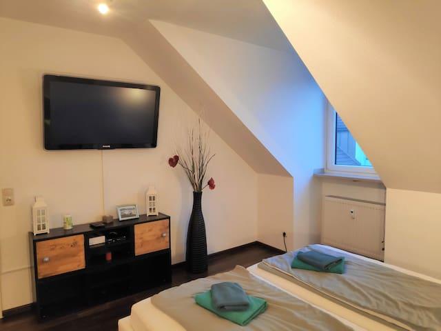 TV and window in Master Bedroom - Fernseher & Fenster im Schlafzimmer