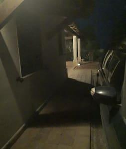 Posto auto con passaggio pedonale illuminato.