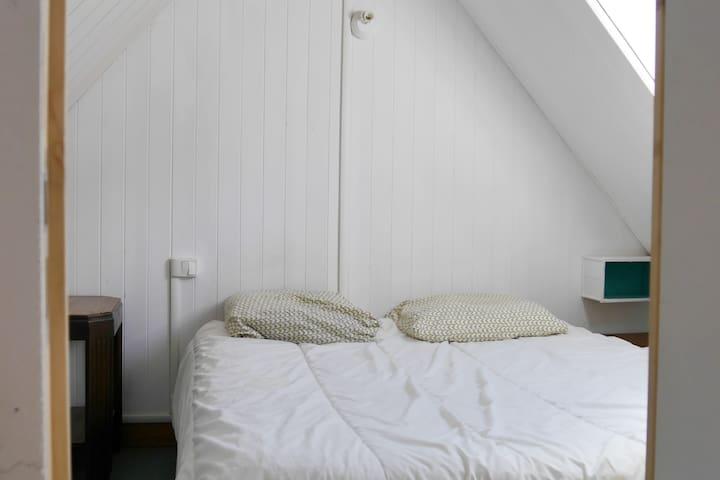 2ème chambre avec un lit en 140x190 ( matelas avec 600 ressorts ensachés multizones pour de meilleures vacances! )