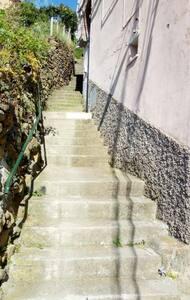 Scalinata Costa del Fuso,a destra la casa.Illuminazione pubblica e privata.