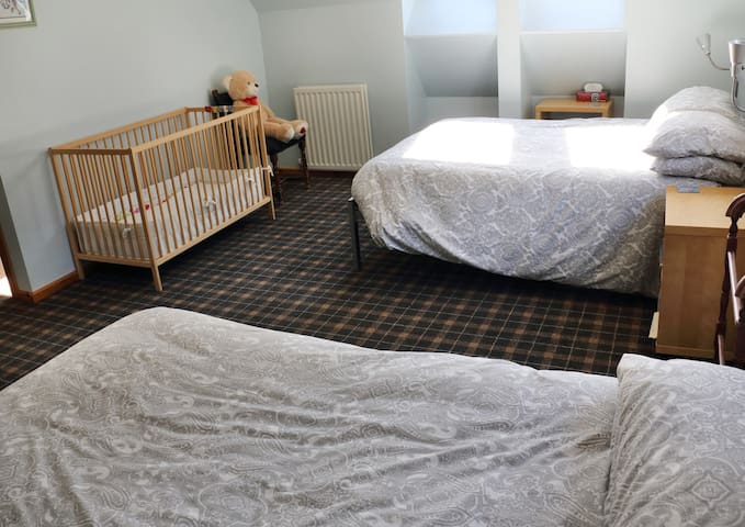 Family room-Blacksheep House-22 miles to Edinburgh