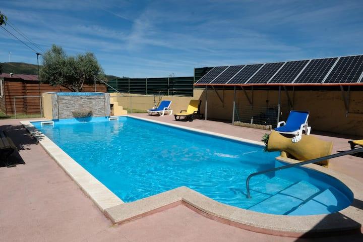 Casa com piscina e jardim privado