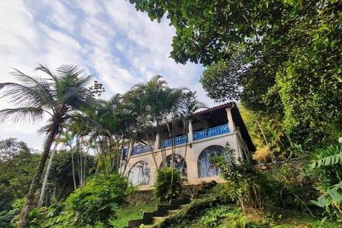 Casa Colonial cercada de natureza