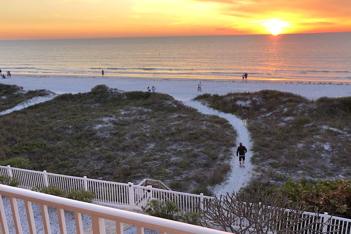Renovated Spacious Direct Beachfront. 2BR, 2 Bath