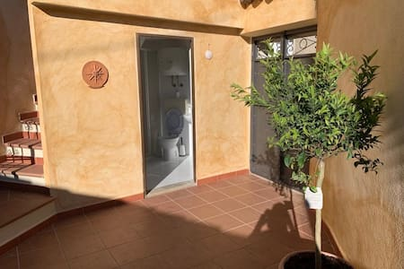 Foto van de tuin: je komt via een poortdeur in de tuin en via de tuin in het woonhuis met een aparte deur. Er is buitenverlichting. De woning is niet toegankelijk voor een rolstoelgebruiker.