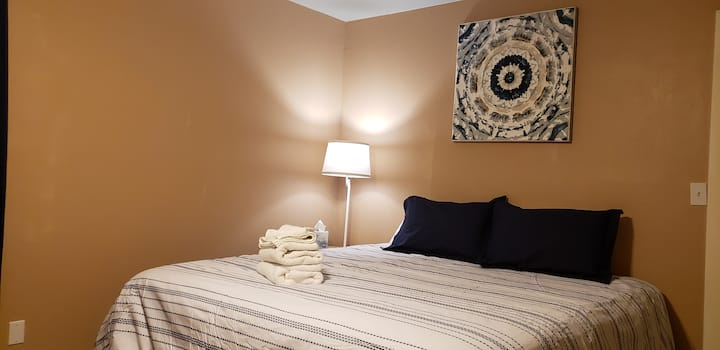 Comfy King-size bed 1 mi from Snowbowl Rd