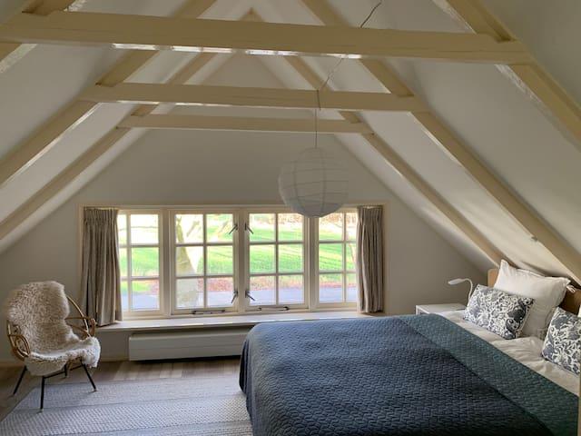 Tweepersoons slaapkamer met extra groot Auping box spring bed