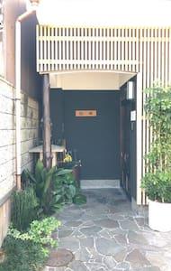 门口入口和入室后都会有照明