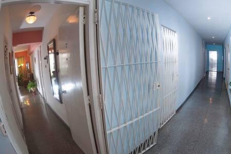 Salida desde el ascensor hacia el pasillo y entrada principal al apartamento.
