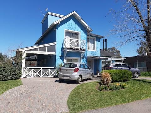 Excelente casa en Country.  Comoda y funcional .