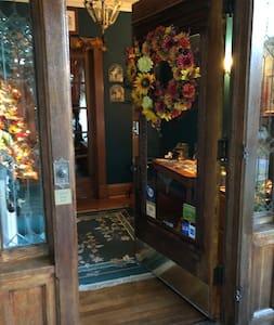 Φαρδιά είσοδος για τους επισκέπτες