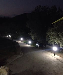 Добре освітлена доріжка до входу