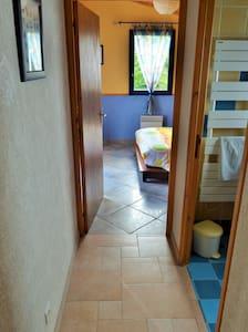 Couloir desservant la chambre, la salle d'eau et le WC. Largeur du couloir : 91 cm, largeur de la porte de la chambre : 81 cm